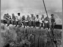 Les travailleurs sur une poutrelle dans le vide.jpg