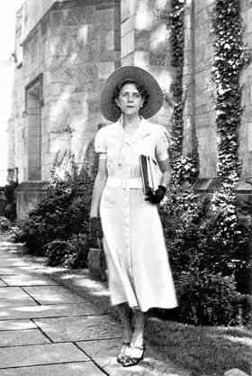 Marguerite Yourcenar 2 en Grèce en 1931.jpg