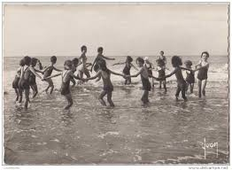 Enfants au bord de la mer en colo.jpg